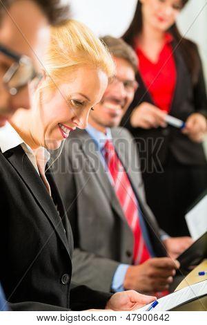 Business - Firmen haben eine Besprechung oder ein Workshop mit Präsentation im Büro, sie verhandeln oder