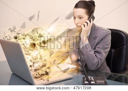 Laptop-Bildschirm eine Unternehmerin, die explodieren, während sie am Telefon ist