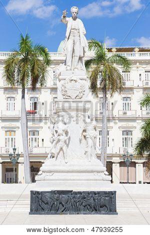 El monumento de José Martí en el Parque Central de la Habana en un día de verano hermoso