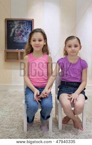 Moskau - 18 Mär: Anya-7 Jahre alt und Jeanette 6 Jahre alt in das Gameroom sitzen auf Stühlen und Betrieb