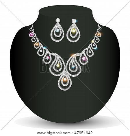 Mujer del collar de plata con piedras preciosas