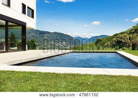 Moradia moderna, ao ar livre, vista da piscina