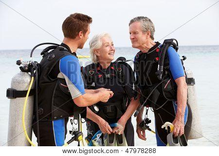 Altes Paar mit Tauchen Lektion mit Instruktor