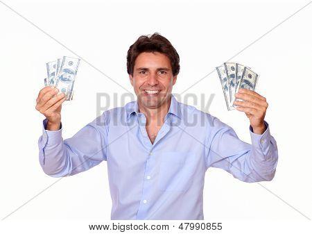 Hombre moda sonriente con dinero en efectivo