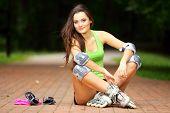 Постер, плакат: Женщина роликовых коньках спортивная деятельность в парке