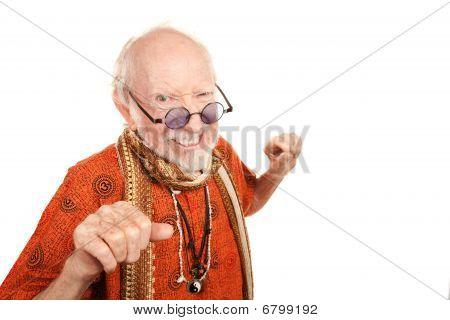 Neues Alter Mann werfen eine Schlag