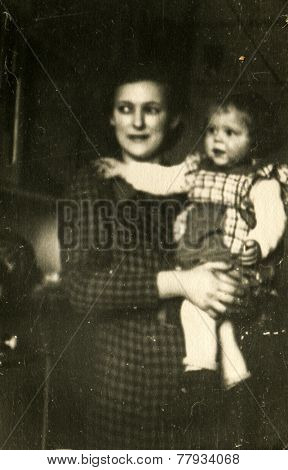 GERMANY, JANUARY, 1939: Mother with a little daughter