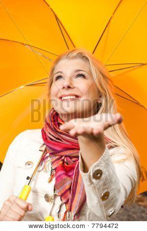 junge schöne Herbst Frau mit Regenschirm