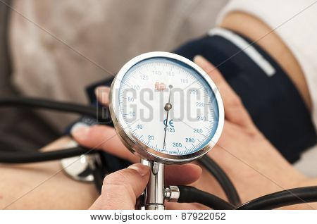 Female Doctor Uses A Sphygmomanometer
