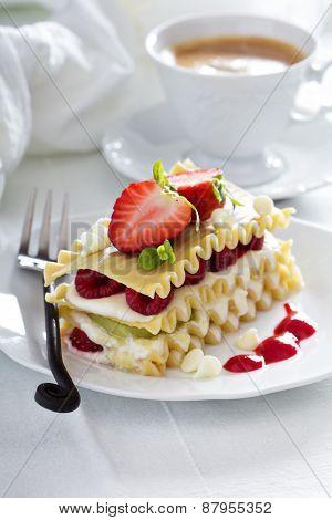 Dessert lasagna with berries and kiwi