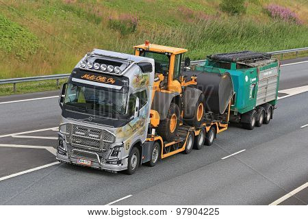 Volvo FH Hauls Heavy Equipment