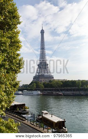Paris, France - Oct 12, 2014: Eiffel Tower In Paris, France. Image Of Eiffel Tower With The Reflecti