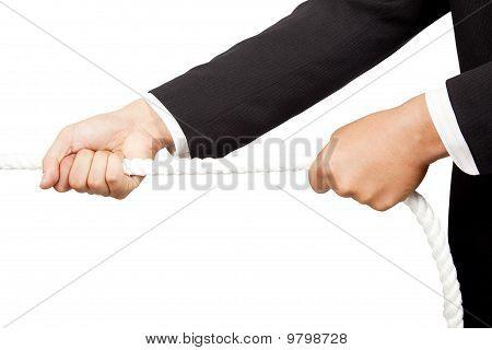 Hände, die ein Seil ziehen