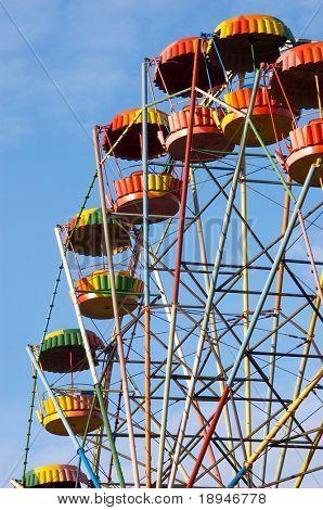 silueta de la rueda de la alegría colorida en el Parque de atracciones