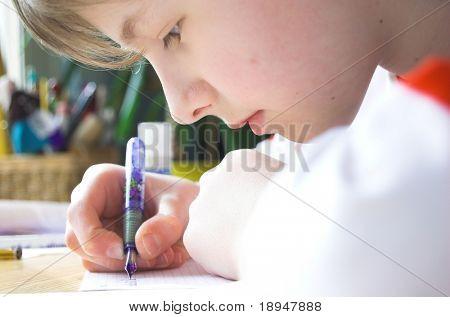 Boy hacer la tarea