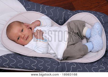 Bebé recién nacido en la silla hamaca. Bebé de dos semanas de edad
