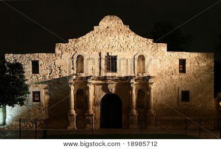 El Álamo se iluminó en la noche en San Antonio Texas