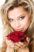 Постер, плакат: Молодой блондин держа красная роза