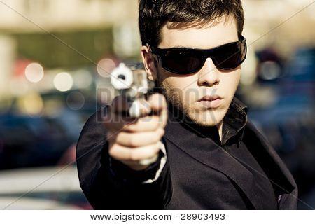 Постер, плакат: Агент направленных с пушкой посреди улицы Оружие вне фокуса , холст на подрамнике