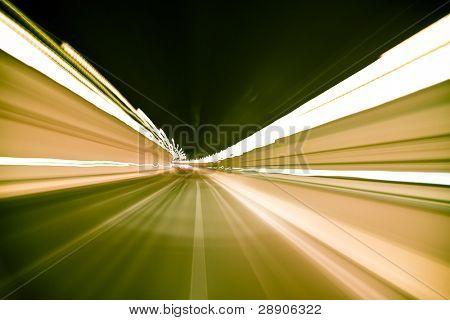 Túnel borrosa cruzó a alta velocidad