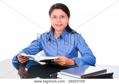 eine weibliche Schüler oder Lehrer ist vielleicht, Haltungs-Buch halten. die Glasschreibtisch wurde eingestellt, um mini