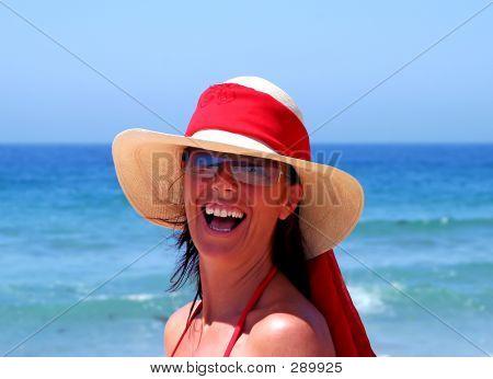 lächelnd attraktive Frau an einem Strand in Spanien