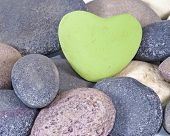 Постер, плакат: Белый цветной каменные сердца в окружении других натуральных камней