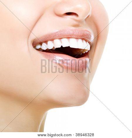 Amplia sonrisa de mujer joven fresca con grandes dientes blancos sanos. Aislado en blanco backgr