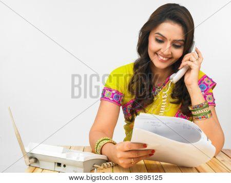 Mulher asiática no telefone no escritório
