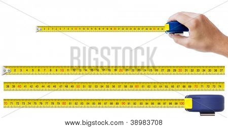 mano humana con la cinta métrica y un conjunto de piezas que permiten para hacer cualquier tamaño de hasta un metro de cinta