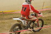 Постер, плакат: Мотоцикл для кросса в гонке представляющих понятия скорости и мощности в спорт экстремальный человек