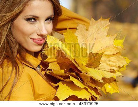 Schöne Herbst Frau in golden park