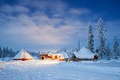 Winterlandschap met cabine hut in de nacht in Kiruna Zweden lapland at Night met ster parcours