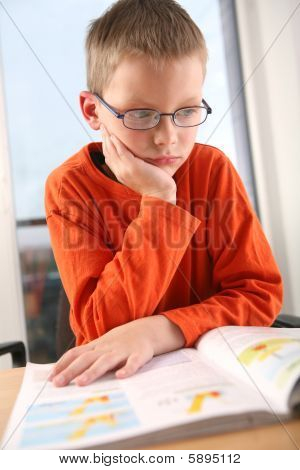 Junge studieren.