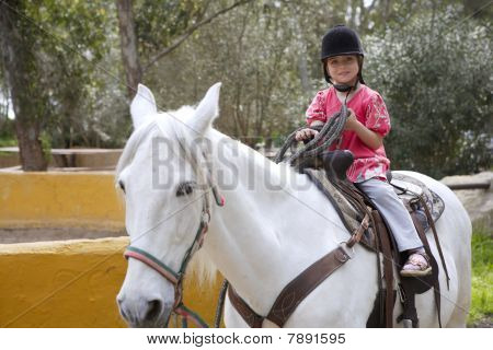 Piloto Little Girl Jockey Hat White Horse no Parque
