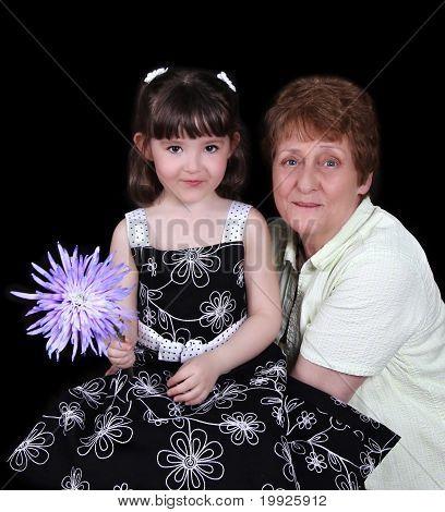 Großmutter und junge Enkelin lächelnd in einem Porträt