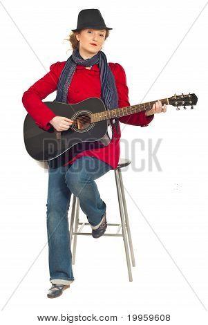 Comprimento total da mulher moderna com guitarra