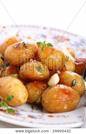 Glazed baby potato with garlic and thyme
