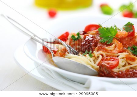 Spaghetti with tomato sauce, sun dried tomato and shrimp