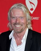 LOS ANGELES - 10 de FEB: Richard Branson llega a la Gala de MusiCares 2012 homenaje a Paul McCartney en