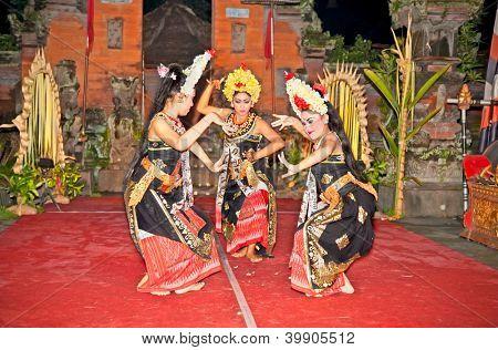 BALI - 17 de enero: Barong y Keris baile ejecutado por Semara Kanti. Ubud es el hogar de tradicional