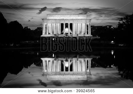 Washington DC, Lincoln Memorial and mirror reflection on the pool at evening - Black and white