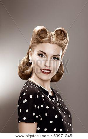 Vintage. Mulher retrô elegante Polka Dot Dress retrato - Pin Up