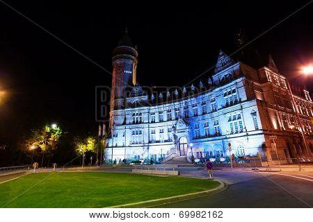 Banque et Caisse d'Epargne de l'Etat at night