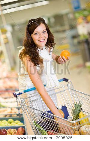Tienda de ultramarinos - sonriente mujer compras elija fruta
