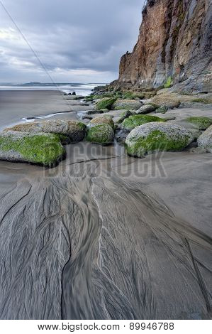 Lines leading to rocks on beach.